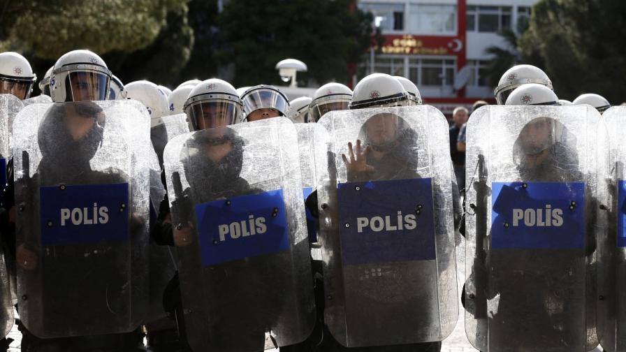 """Турската полиция отново използва сълзотворен газ в парка """"Гези"""""""