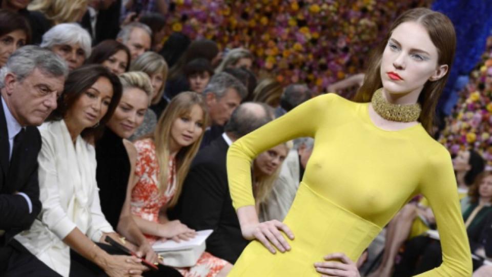 """Модел от колекцията висша мода на модна къща """"Кристиан Диор"""" (""""Christian Dior"""") за сезон есен/зима 2012-2013. На заден план виждаме Шарън Стоун, Париж, 2 юли 2012 г."""
