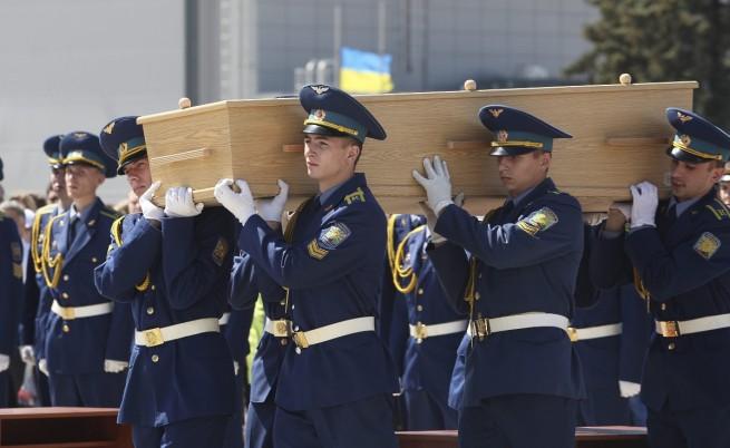 Започна пренасянето в Холандия на телата от сваления самолет
