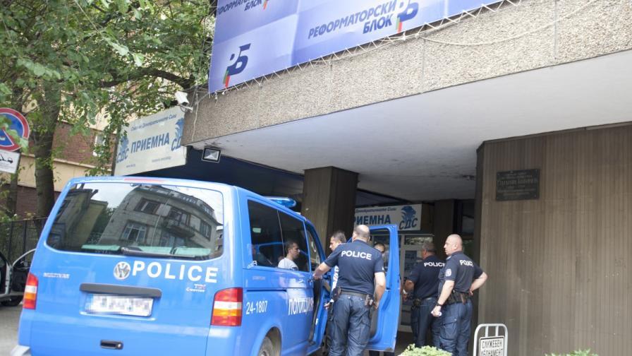 МВР: Оръжието пред централата на СДС е бутафорно