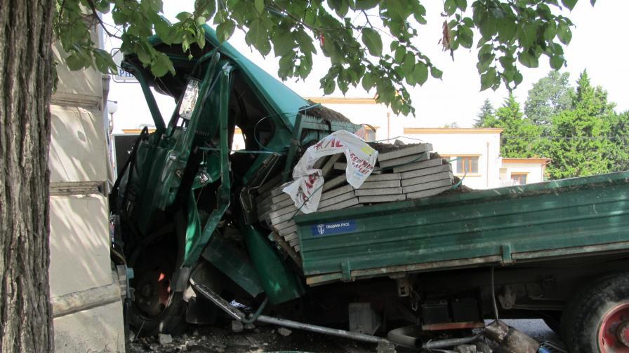 Камион премаза шофьора си и се заби в Транспортната болница