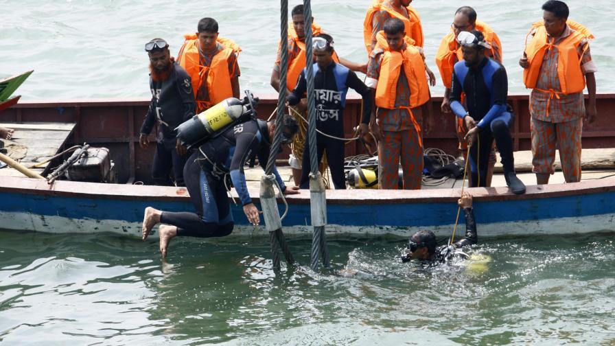 Ферибот потъна в Бангладеш, над 100 души се издирват