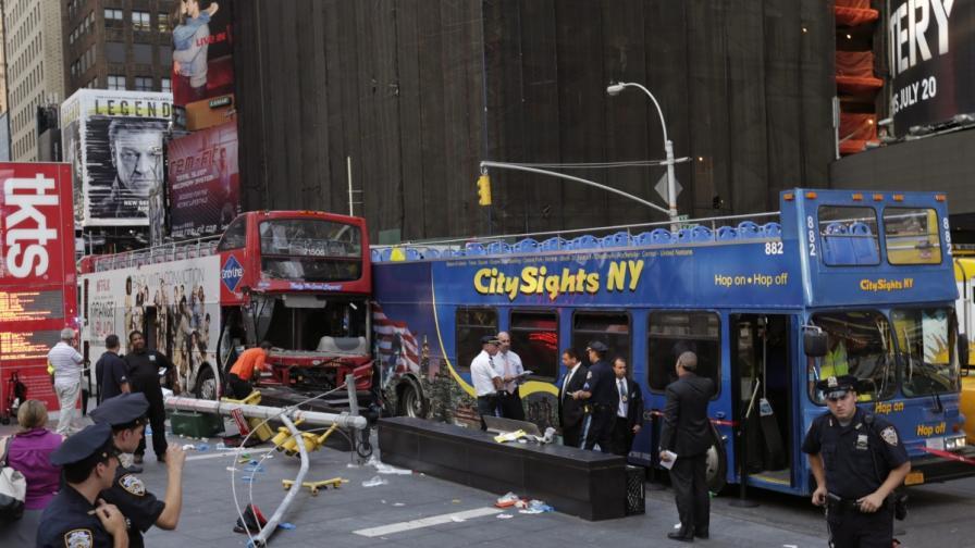 """Два туристически автобуса се сблъскаха на """"Таймс Скуеър"""""""