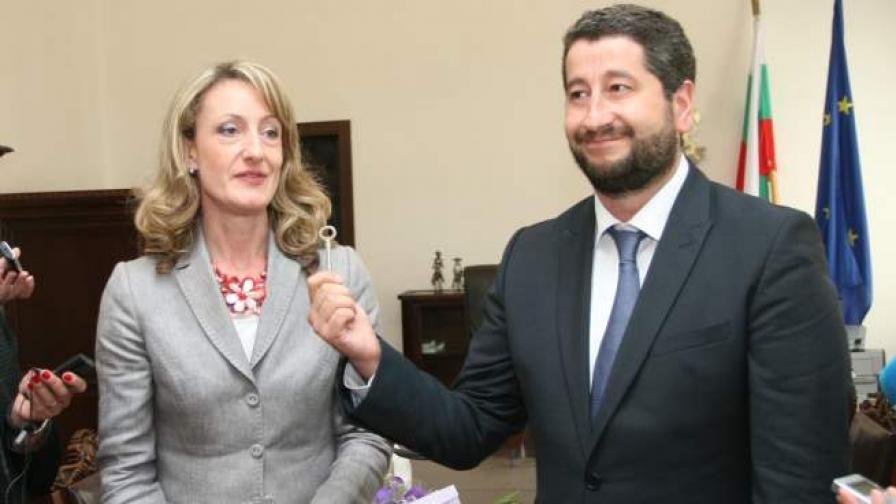 Министърът в оставка на правосъдието Зинаида Златанова предаде поста си на Христо Иванов, служебен министър днес