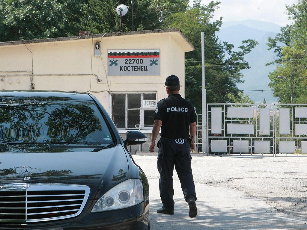 """Транспортират в София четирима от пострадалите в Костенец. Извън района на """"Терем - Цар Калоян"""" има само счупени стъкла, но разходите ще бъдат възстановени от военния завод, увери военният министър"""