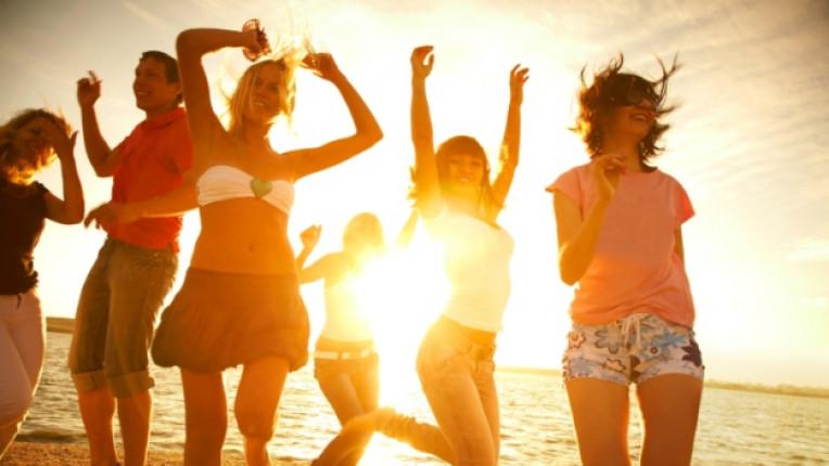 море жени приятелки плаж