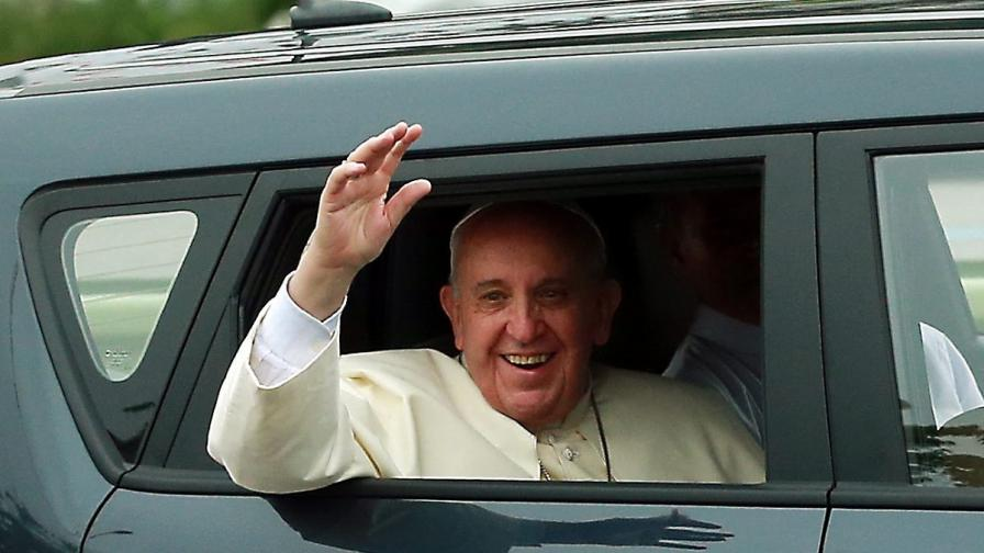 Папа Франциск очарова южнокорейците с малка кола