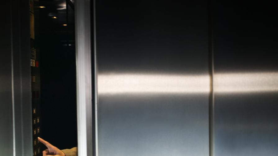 Опасният хотел пусна асансьори, въпреки забраната