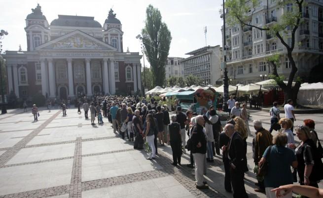 Стотици граждани се простиха с големия български поет Валери Петров
