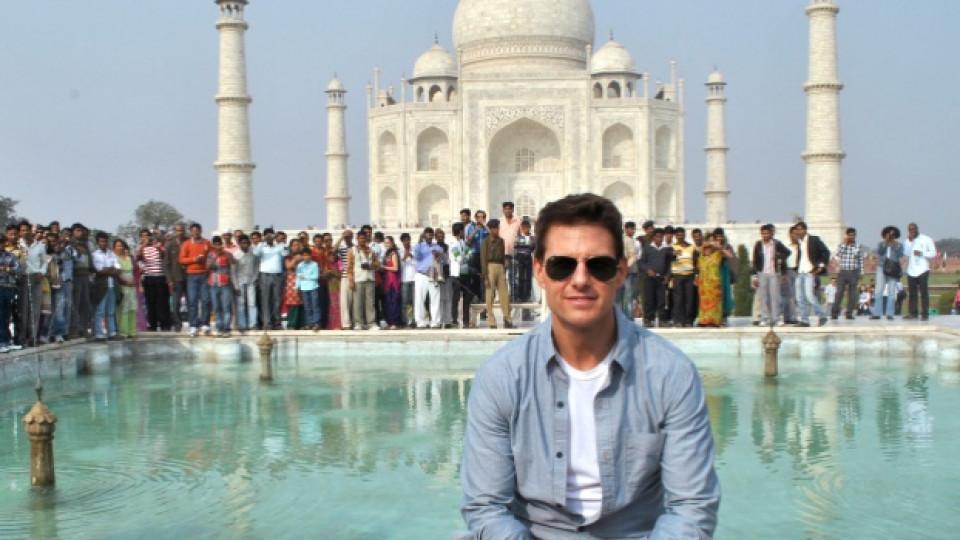 Том Круз пред Тадж Махал по време на визитата му в Индия за представянето на най-новия му филм Мисията невъзможна: Режим Фантом