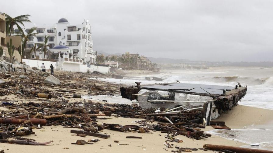 Ураганът Одил удари Мексико, хиляди туристи са блокирани