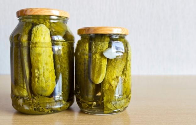 Кисели краставички Други пробиотични източници се оказват любимите кисели краставички. Те също предпазват от инфекции и балансират киселинната среда.