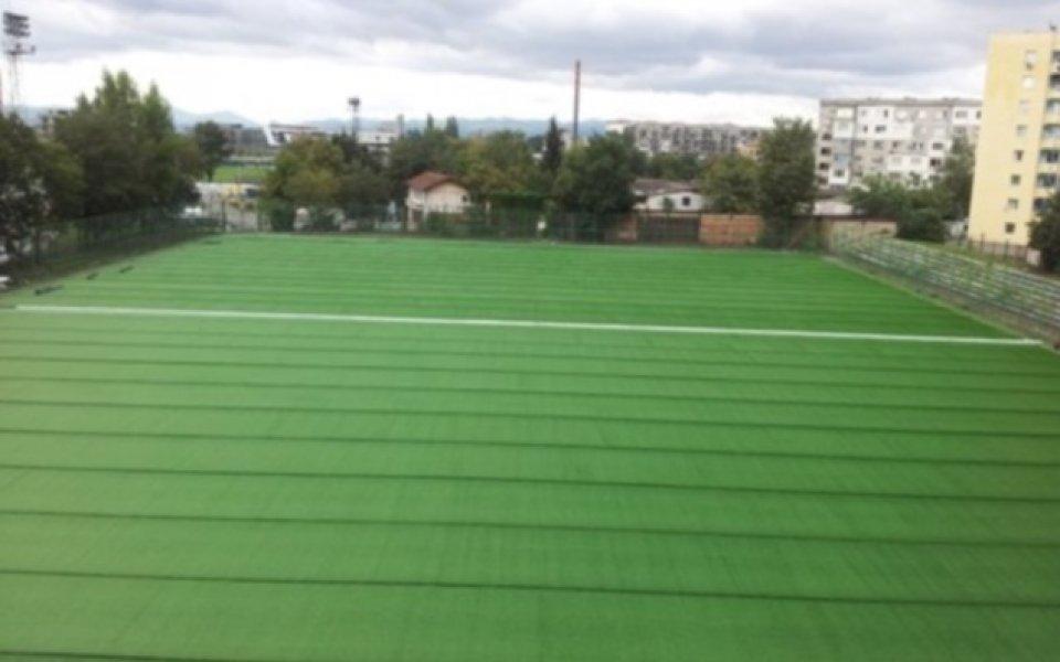 Левски поставя новата трева на