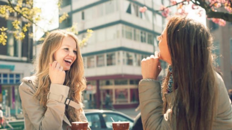 жени жена приятелки кафе щастие