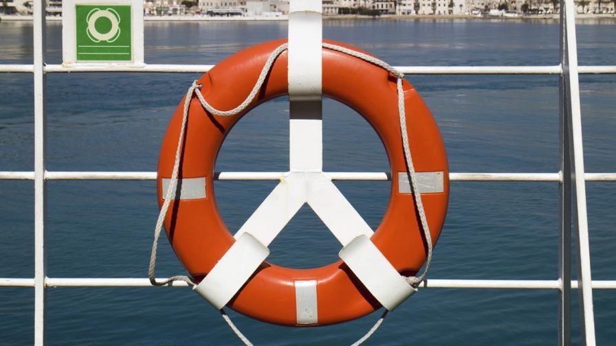 Гръцки ферибот с българи на борда корабокрушира