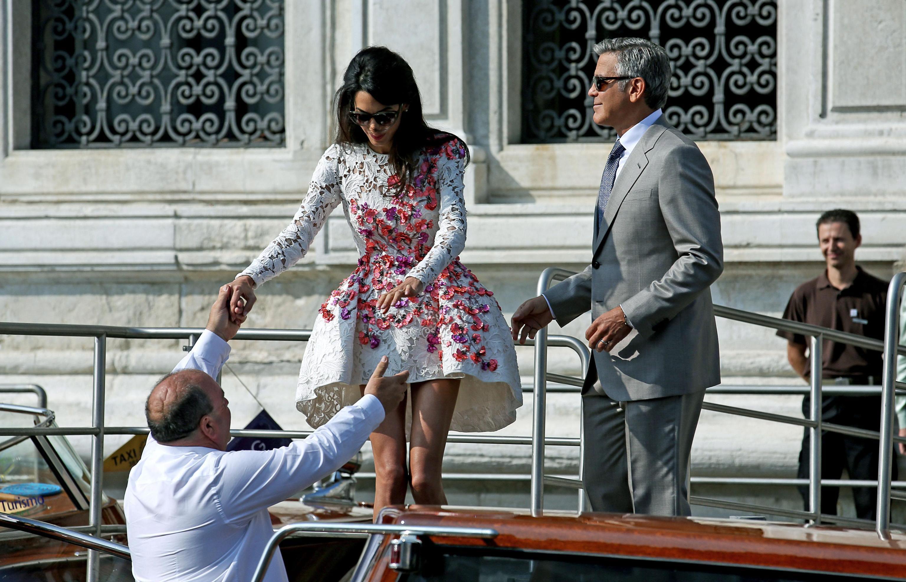 Младоженците Джордж Клуни и Амал Аламудин организираха пищна сватба в присъствието на звездни гости. В петък (26 септември) те пристигнаха във Венеция, в събота и неделя (27 и 28 септември) имаше празненства, а в понеделник (29 септември) подписаха официално и вече са венчани