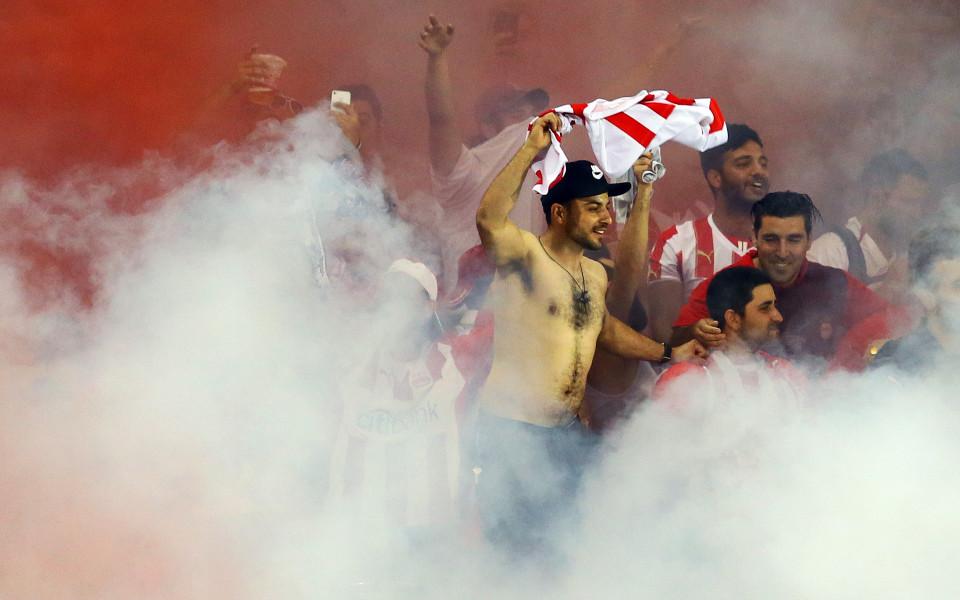 Феновете на Олимпиакос спретнаха екшън след загубата от АЕК