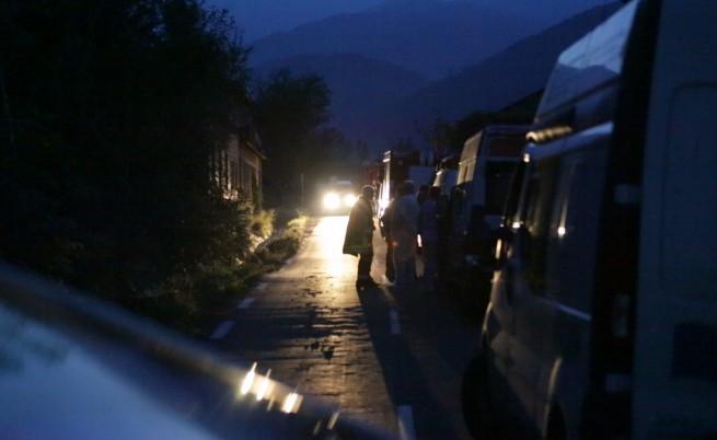 В района около отцепения периметър са се събрали много линейки