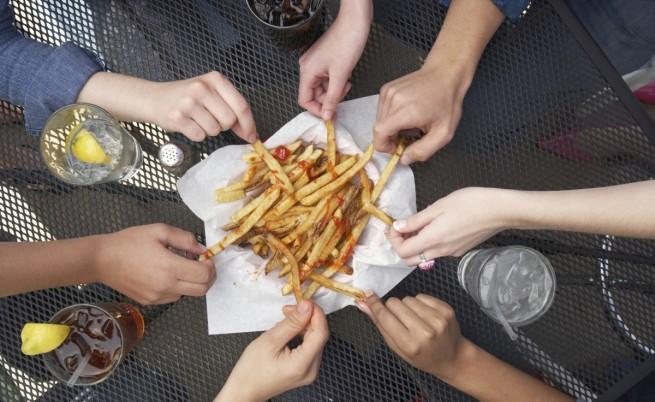Ядем повече, когато сме в компанията на пълен човек