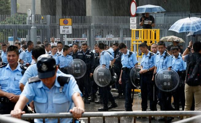 Сблъсъци на протеста в Хонконг, броят на демонстрантите намаля