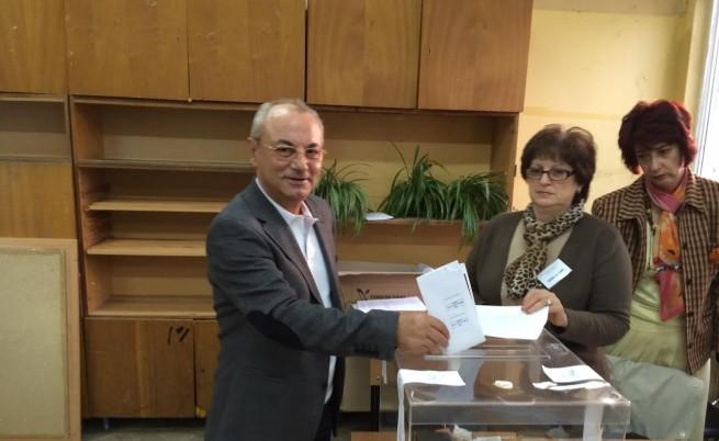 Почетният председател на ДПС Ахмед Доган гласува рано тази сутрин на предсрочните парламентарни избори