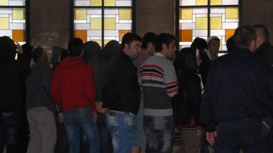 46 сирийски бежанци, някои деца, напълниха съда в Русе