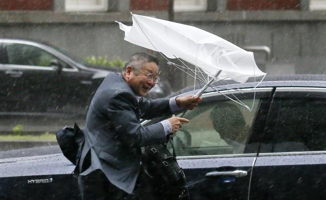 Над 2 млн. японци се евакуират заради мощния тайфун Фанфон