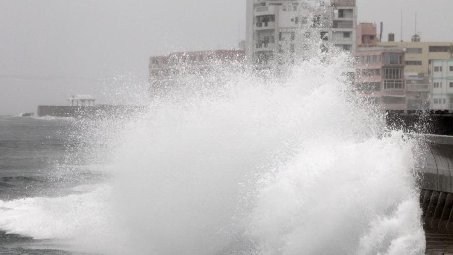 Тайфунът Вонфон връхлетя японския остров Кюшу