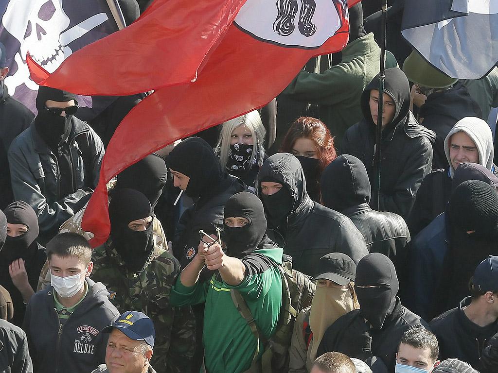 Украински привърженици на ултра-дясната партия влязоха в сблъсъци с полицията пред украинския парламент по време на протестите в Киев, Украйна. Безредиците са избухнали, след като депутатите отказаха да разгледат законопроекта за признаването на бойците на Украинската бунтовническа армия, воюващи на страната на независимостта на Украйна във Втората световна война.