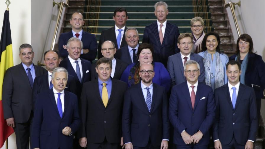 Новото белгийско правителство – Тео Франкен (първият от вляво на дясно на задния ред) и Ян Ямбон (вторият от ляво надясно на първия ред)