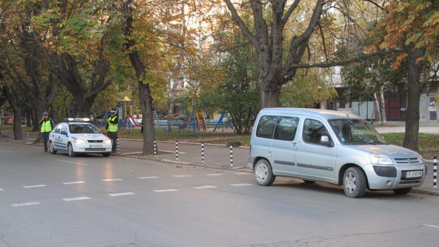 Кола помете дете на пешеходна пътека
