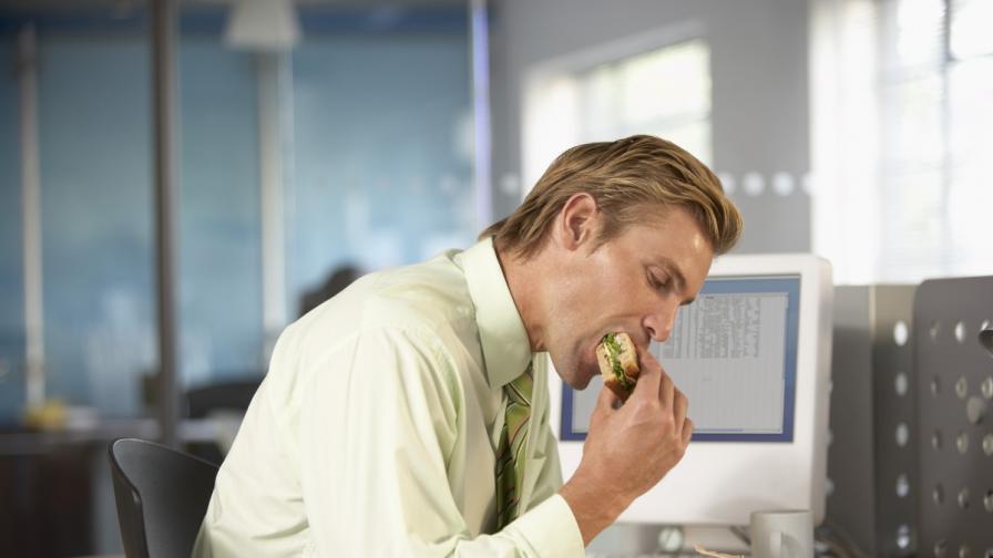 Учени: Храненето на бюрото в офиса води до затлъстяване