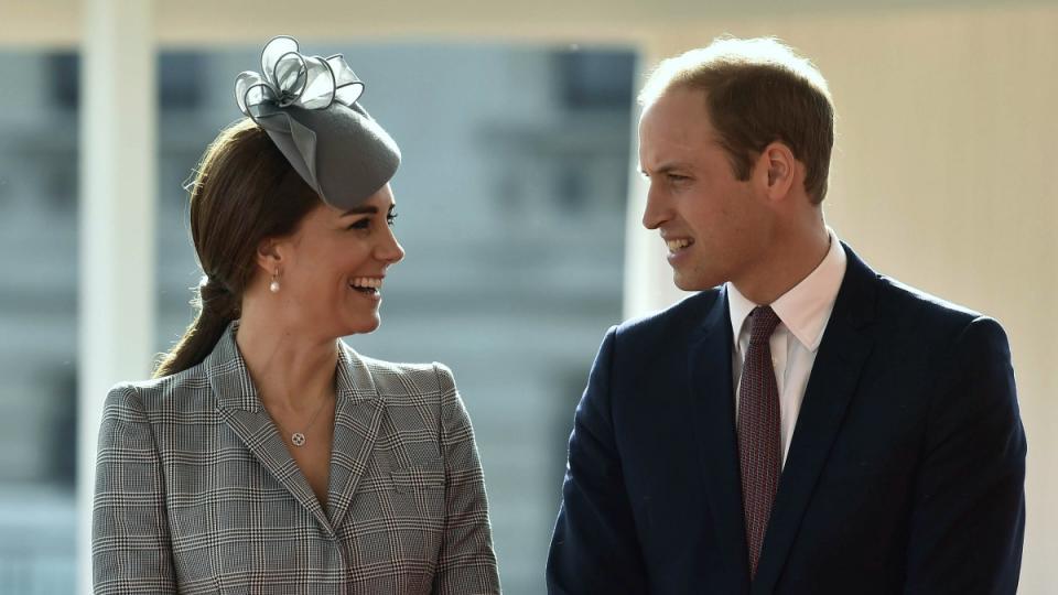 Кейт Мидълтън направи първата си официална изява, след като се разбра, че е бременна за втори път. както винаги херцогинята показа високо положение, стилно облекло и широка усмивка.