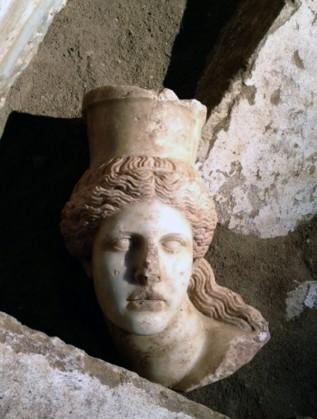 Преди дни откриха мраморната глава на един от сфинксовете, разположени на входа на гробницата в древния Амфиполис