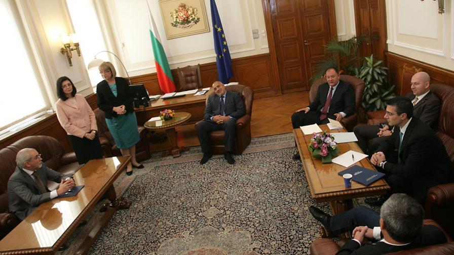 Обща снимка на партийните лидери и председателя на НС Цецка Цачева на срещата в НС