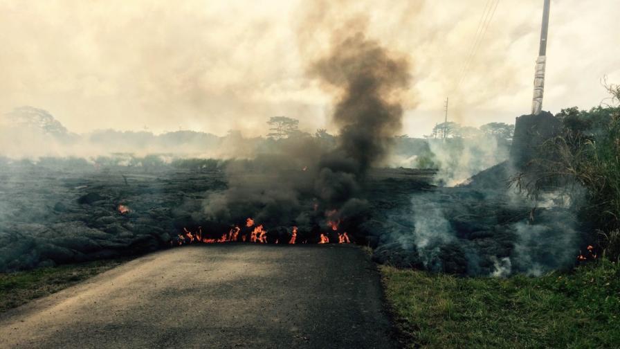 Поток от лава от вулкана Килауеа доближава село в Хавай