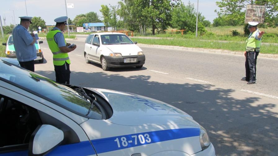 Спрян за проверка потегли, блъсна полицая