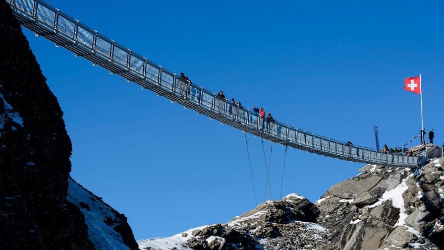 Откриха първия висящ мост между два планински върха