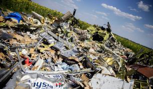 """Части от ракета """"БУК"""" сред останките самолета в Украйна"""