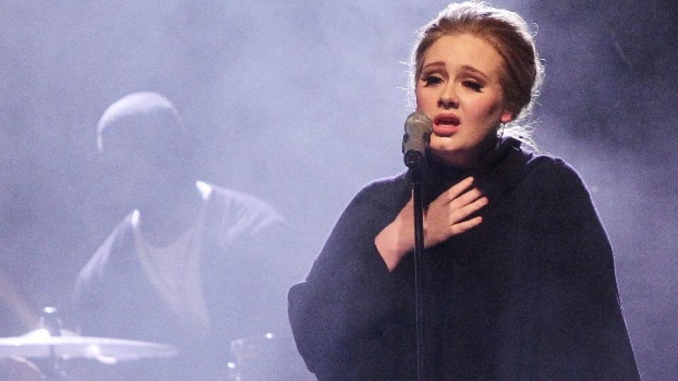 Адел няма да пее на живо в близките месеци