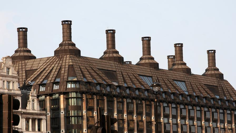 Евакуираха част от британския парламент заради подозрителен пакет