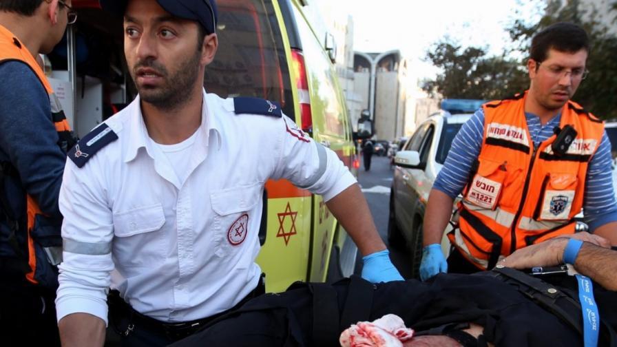 Йерусалим: Нападатели с ножове и брадви убиха богомолци в синагога