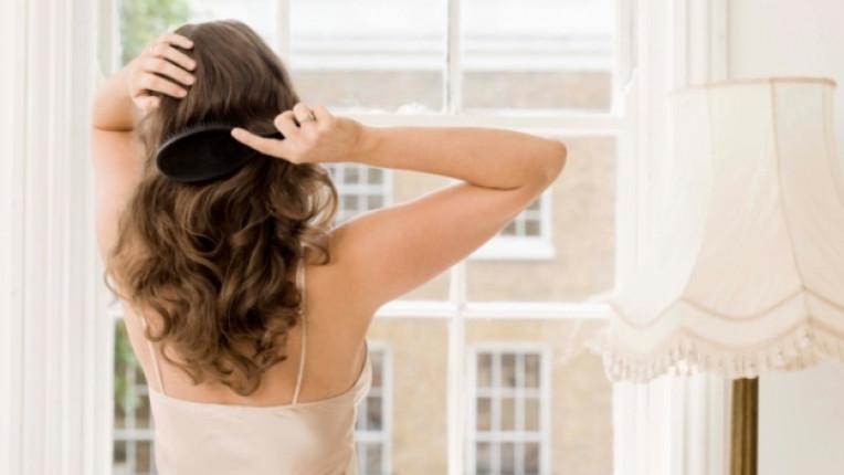Коса жена четка гребе сутрин