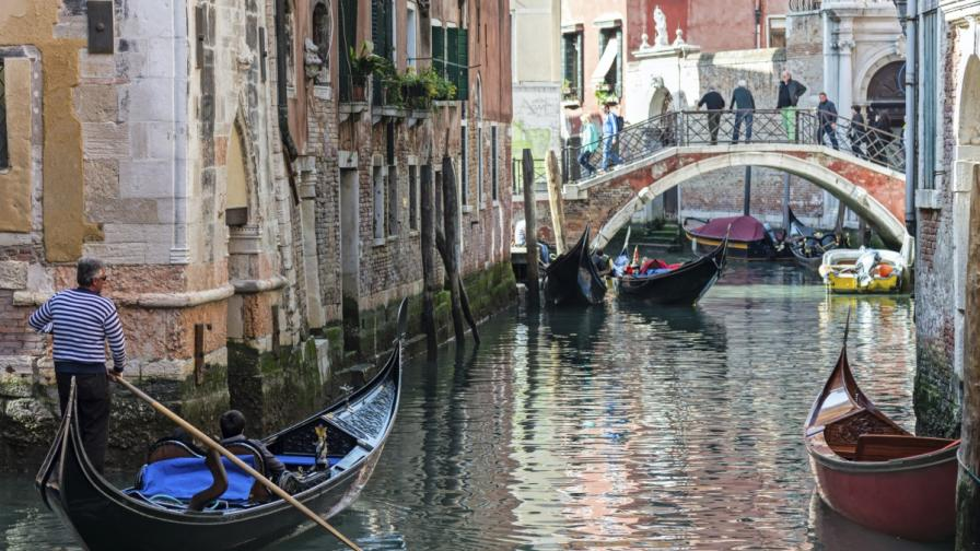 Венеция иска да забрани куфарите на колела