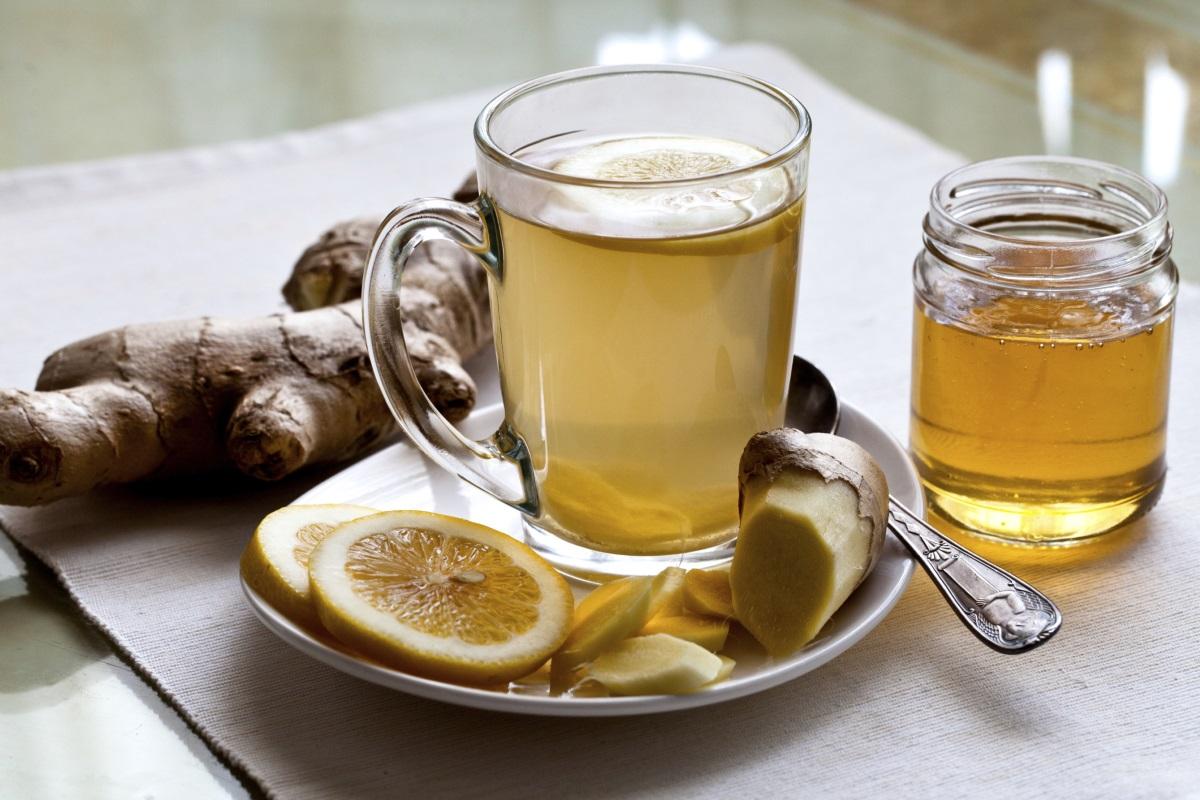 <p>Чай от джинджифил<br /> <br /> Когато става дума за обикновена настинка, джинджифилът е една от най-добрите храни за облекчаване на състоянието ни. Учените са установили, че силните противовъзпалителни свойства на джинджифила са от ключово значение за способността на корена да се бори с настинка или грип. Тъй като възпалението може да повлияе на имунния отговор на тялото ви, противовъзпалителните свойства на джинджифила може да изиграе основна роля за повишаване на имунитета.</p>