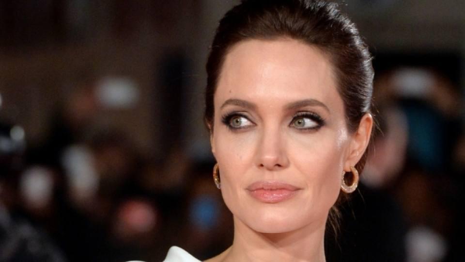 Анджелина Джоли в стремеж да бъде по-добра съпруга