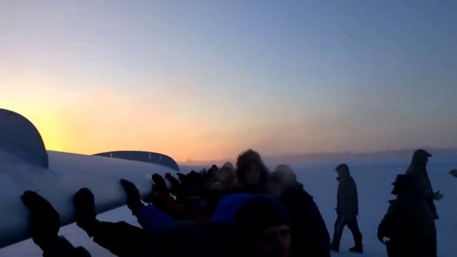 Пътници бутат самолет, за да излети – възможно ли е?