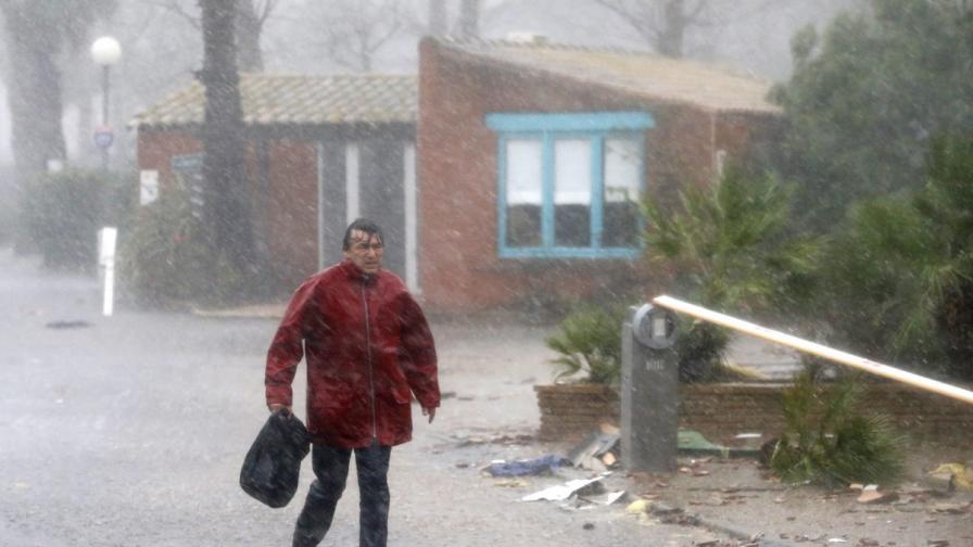 Наводненията и студът взеха жертви по света
