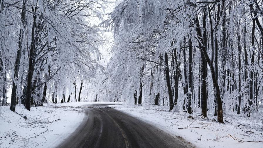 <p>Обилен снеговалеж, проходими ли са пътищата в страната</p>