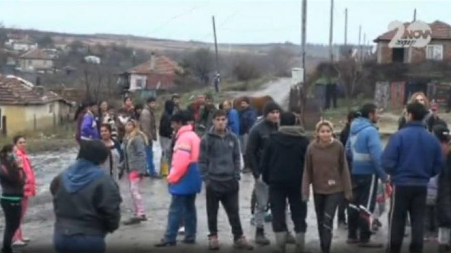 Ромите в село Дебелт